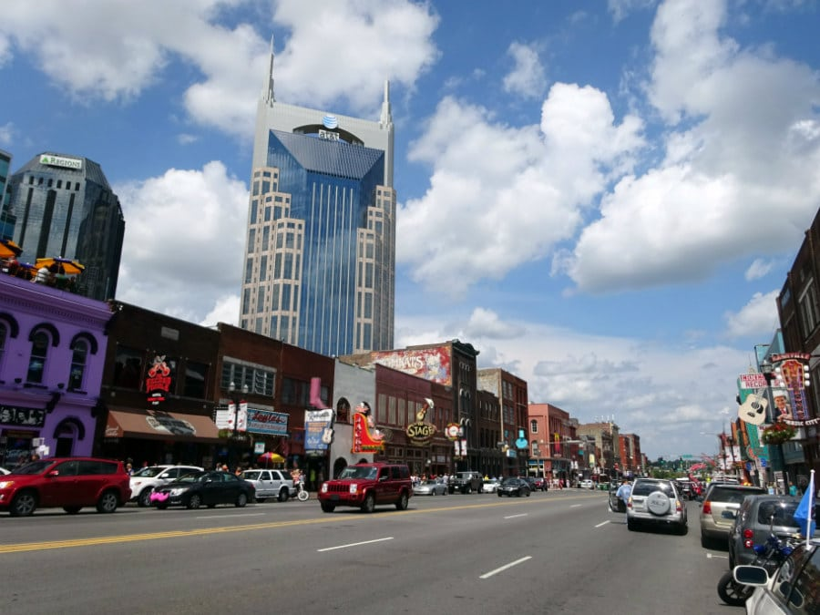 Headed north to Nashville, Tennessee - home of the country music. In the picture - Broadway Ave and the countless live music venues